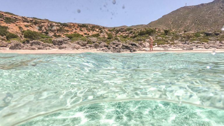 Rožinio smėlio rojus. Seklus didelis smėlio paplūdimys, kurio skaidriuose turkio spalvos vandenyse gausu smulkių rausvų kriauklelių. Kreta, Graikija | Mano Kreta
