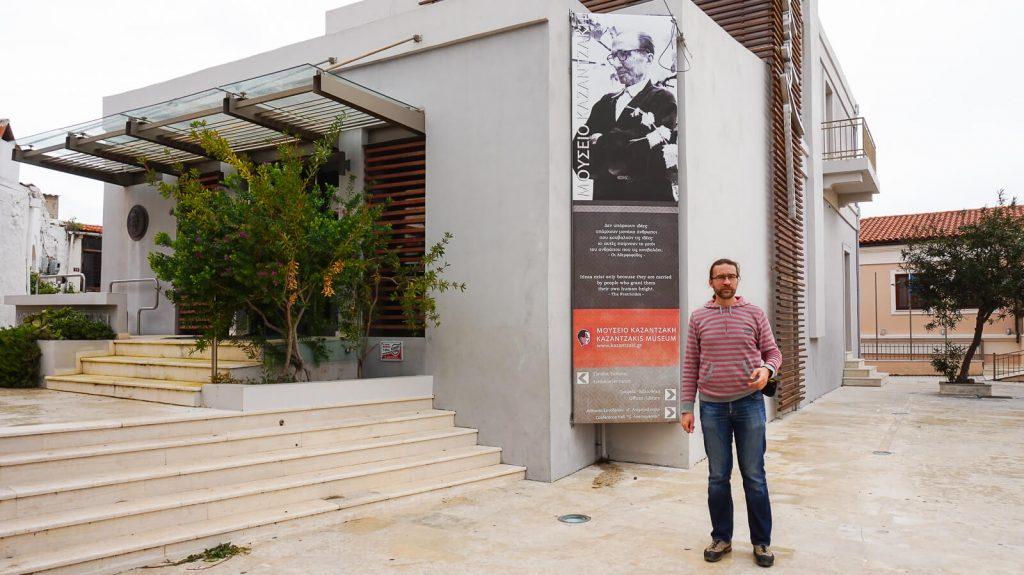 N. Kazantzakio muziejus Myrtia. Prie įėjimo į muziejų. Kreta, Graikija   Mano Kreta