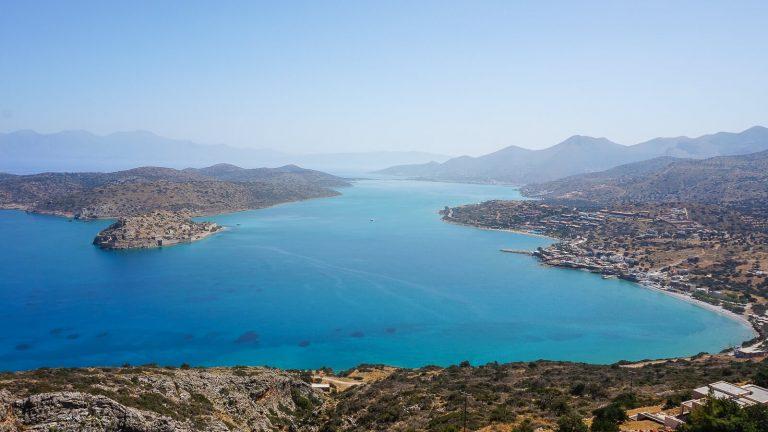 Aplankykite istorinę venecijiečių tvirtovę ir buvusią raupsuotojų koloniją – Spinalongos salą šalia Kretos krantų, ir pasimaudykite skaidriuose Mirabelo įlankos vandenyse. Kreta, Graikija | Mano Kreta