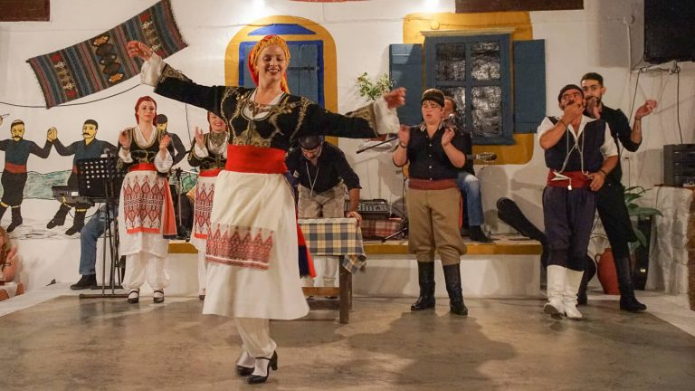 Šėlkite su kretiečiais! Tradicinė muzika ir šokiai prie gausiai kretietiškomis vaišėmis nukrautų stalų! Kreta, Graikija | Mano Kreta