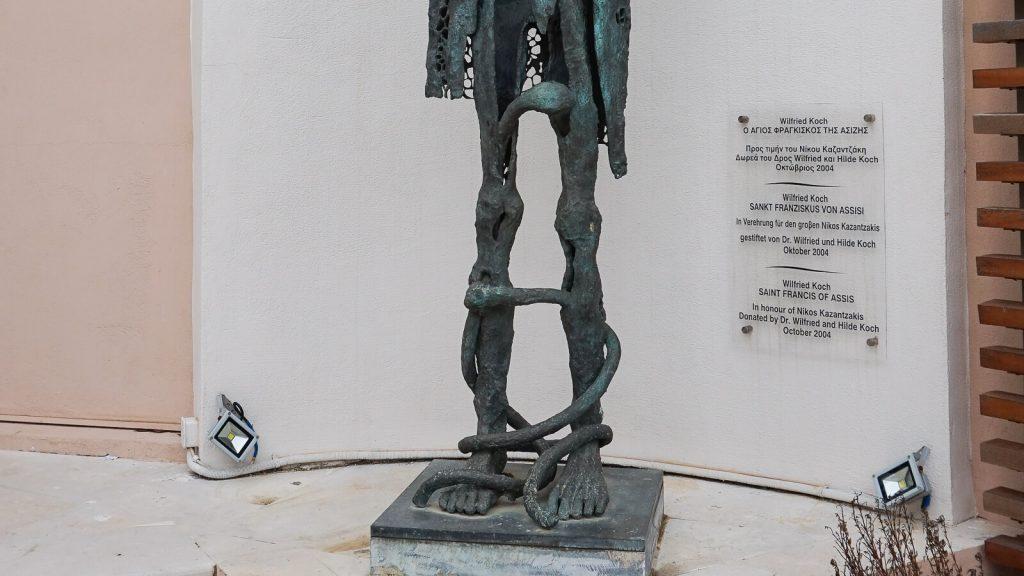 "N. Kazantzakio muziejus Myrtia. ""Dievo neturtelis"" Vokietijos skulporių akimis - statula šalia muziejaus. Kreta, Graikija   Mano Kreta"