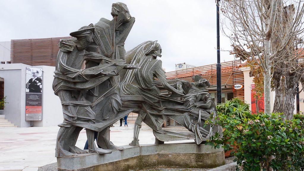 N. Kazantzakio muziejus Myrtia. Prie įėjimo į N. Kazantzakio muziejų. Kreta, Graikija   Mano Kreta