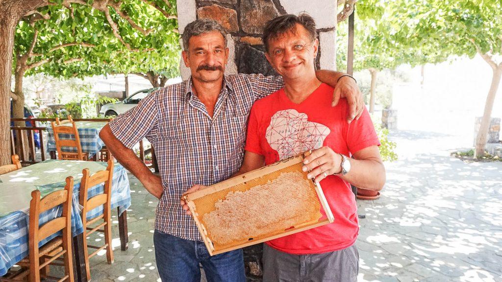 Bičiuliai ir bitės Kretoje. Du bičiuliai. Kreta, Graikija | Mano Kreta