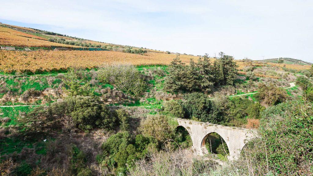 Abipus Karydaki akveduko. Akvedukas iš toli. Kreta, Graikija | Mano Kreta