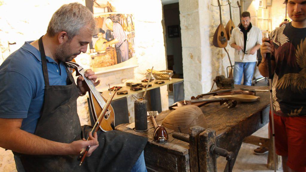 Kretietiškos lyros dirbtuvėse. Kreta, Graikija | Mano Kreta
