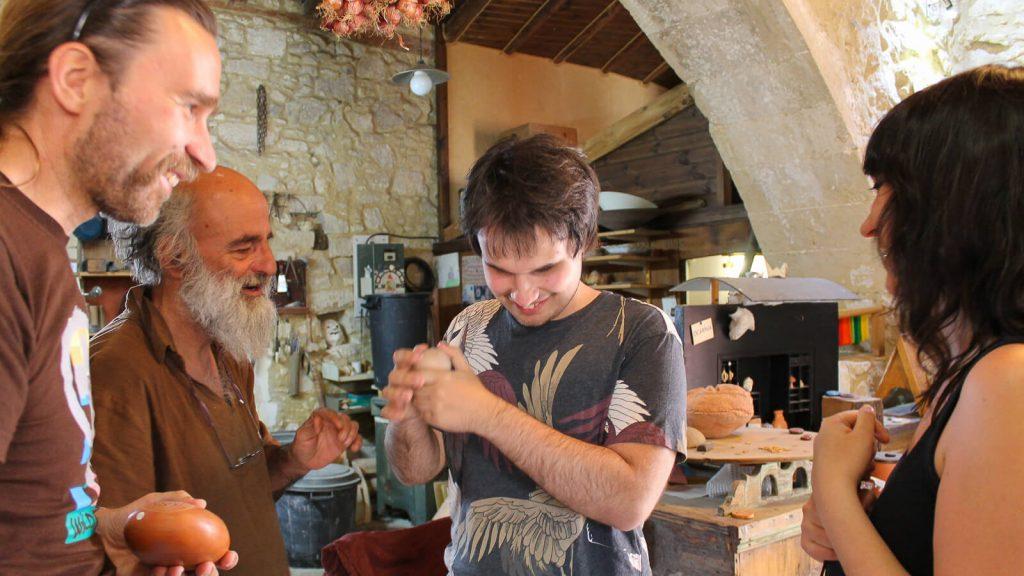 Kretos prisilietimai. Ypatingų muzikos instrumentų dirbtuvėse. Kreta, Graikija | Mano Kreta