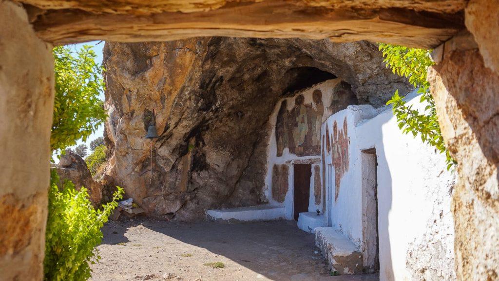 Miegas Agios Ioannis vienuolyno urvuose. Įėjimas į cerkvę. Kreta, Graikija | Mano Kreta