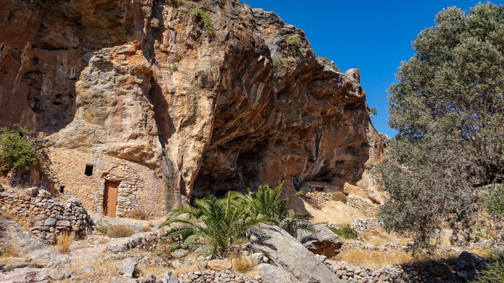 Miegas Agios Ioannis vienuolyno urvuose. Uola. Kreta, Graikija | Mano Kreta