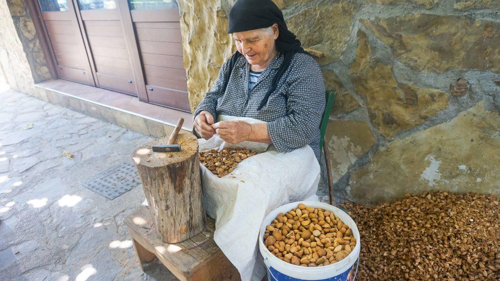 Močiutė gliaudanti migdolus. Didžiausi salos migdolų sodai. Kreta, Graikija   Mano Kreta