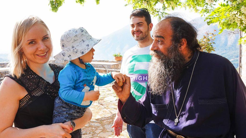 Vienuolyne kalnuose. Vienuolis pasitinka lietuvių šeimą MANO KRETA ekskurijos metu. Kreta, Graikija | Mano Kreta