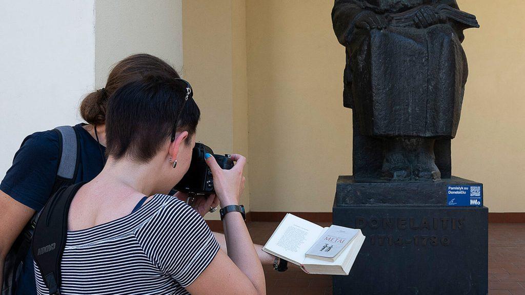 Kiek Vilniuje yra Graikijos ir Kretos? Stabtelėjome ties Kristijono Donelaičio paminklu pie Universiteto rūmų. Vilnius, Lietuva | Mano Kreta