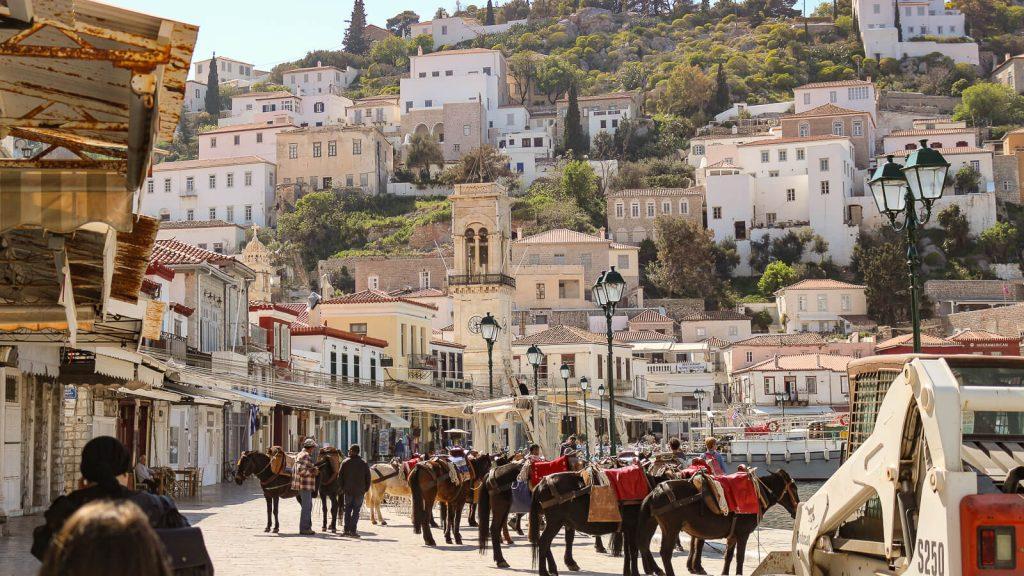 Pakeliui į Kretą – Hydros Chora. Asiliukai laukia krantinėje. Graikija | Mano Kreta