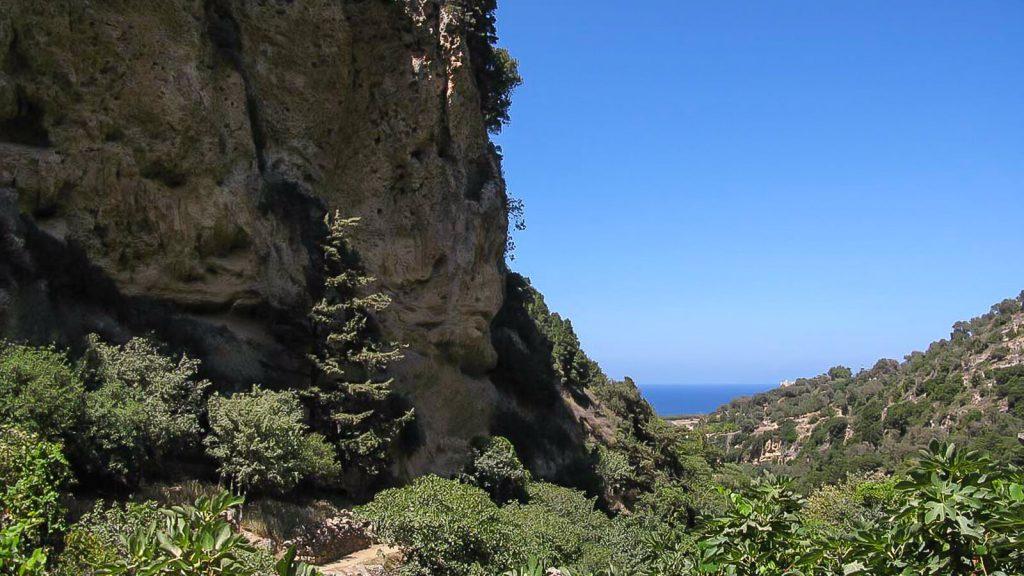 Myli tarpeklis – karštai vasaros dienai. Tolumoje matosi jūra. Kreta, Graikija | Mano Kreta